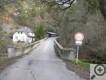 Gotický most přes Střelu je pro dnešní provoz sice úzký, ale pořád je to fešák