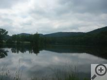 Jeden z Mířkovských rybníků, v pozadí Sedmihoří