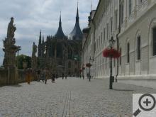 GASK – neboli bývalá jezuitská kolej, vpravo barokní sousoší