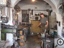 I dnešní kovář pracuje převážně s kladivem a výhní