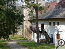 Nádvoří hradu Zvíkov je na středověký hrad až překvapivě útulné