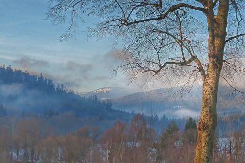 Někde tam v mracích se schovává Velký Javor (Grosser Arber) – nejvyšší hora Šumavy