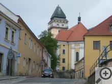 Pozornost návštěvníka okamžitě upoutá renesanční věž jinak barokního kostela
