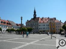 K nejvýznamnějším památkám ležících přímo v centru patří novorenesanční radnice