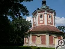 Nedaleko Schořova stojí barokní kaplička, od které je nádherný výhled na Polabí a Železné hory