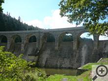 Přehradní hráz Sedlické nádrže je rovněž architektonickou lahůdkou