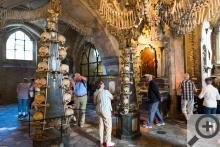Výzdoba Kostnice je tvořena z pozůstatků 40 000 nebožtíků