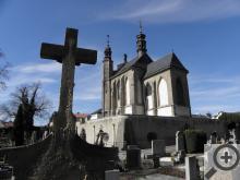 Hřbitovní kostel Všech svatých s kostnicí