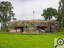 První bunkr z Naučné stezky Po opevnění Běloves stojí kousek od místních Malých lázní