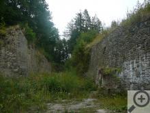 Jak je vidět, pevnost se skrývá z větší části pod terénem, takže ani při své mimořádné rozloze (6 ha) není příliš nápadná